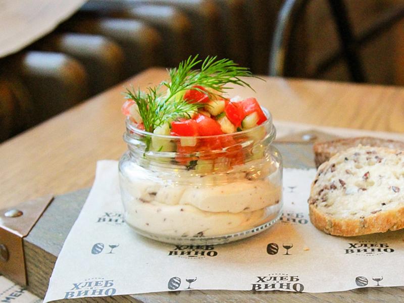 Греческий мусс с оливками и сальсой