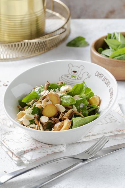 Картофельный салат с вешенками, шпинатом, красным луком, пряным соус и минд