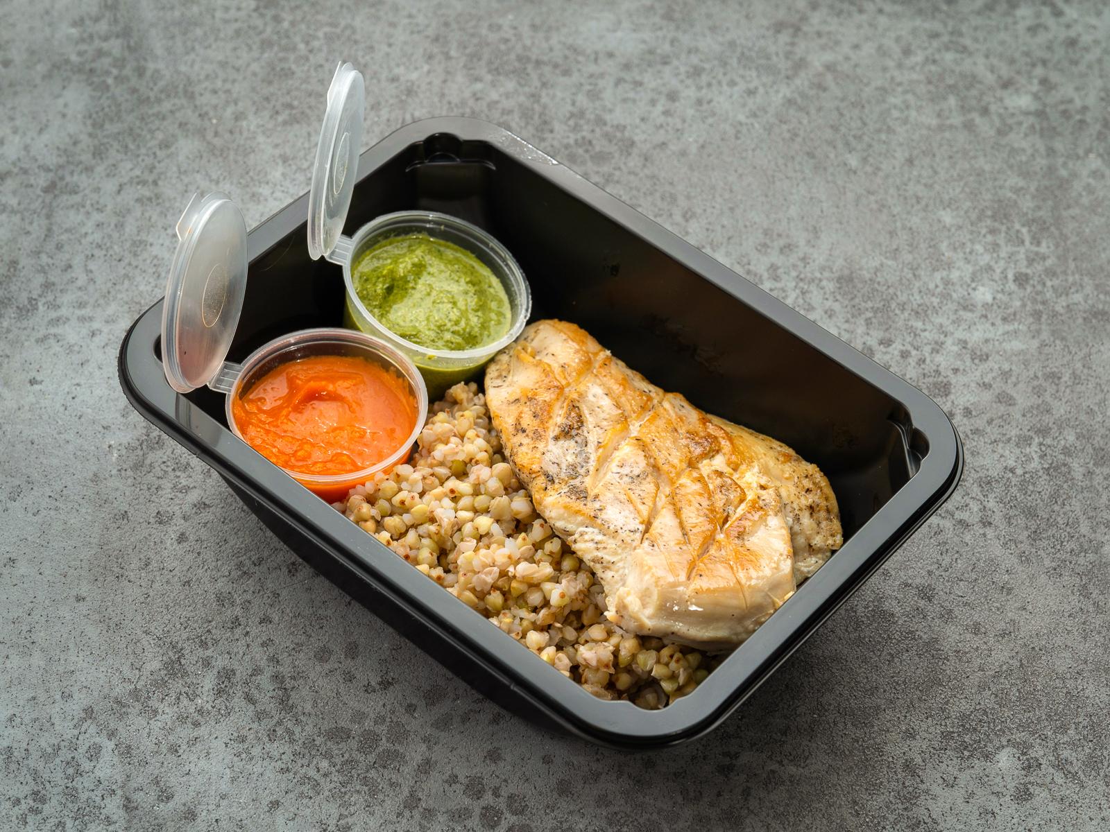Куриное филе с зеленой гречкой и соусом