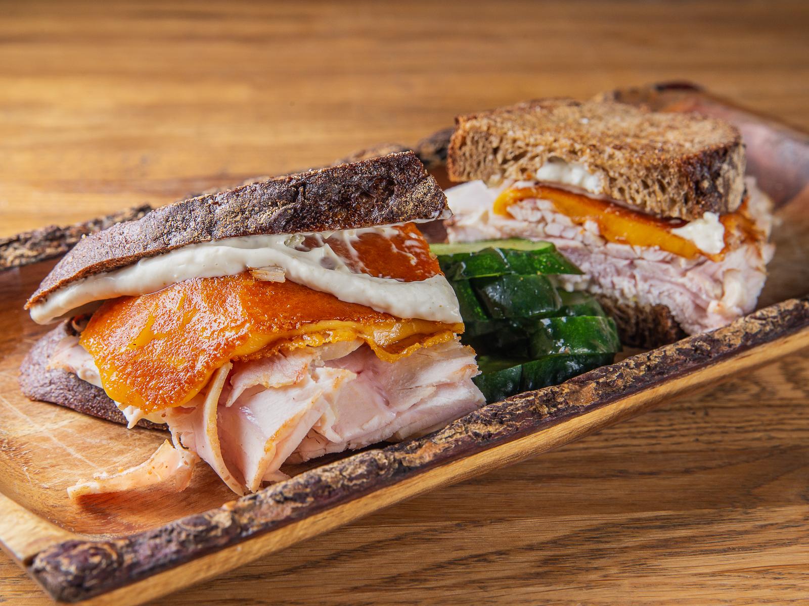 Теплый сэндвич с индейкой и сыром Чеддер
