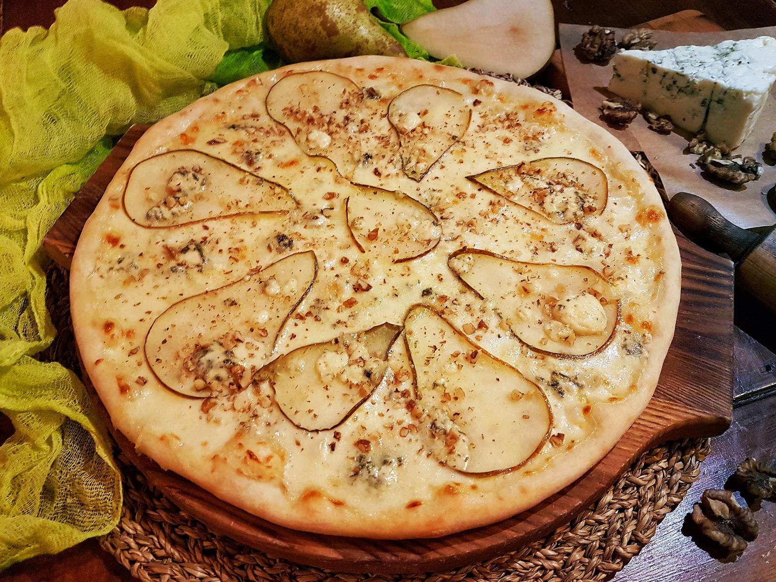 Пицца Груша и сыр с голубой плесенью