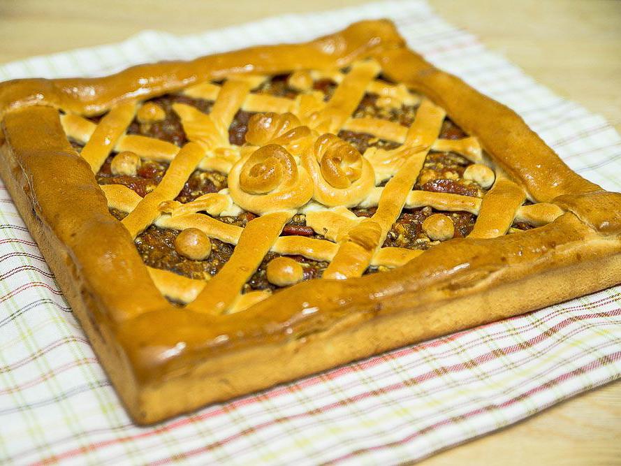 Пирог с курагой и орехом