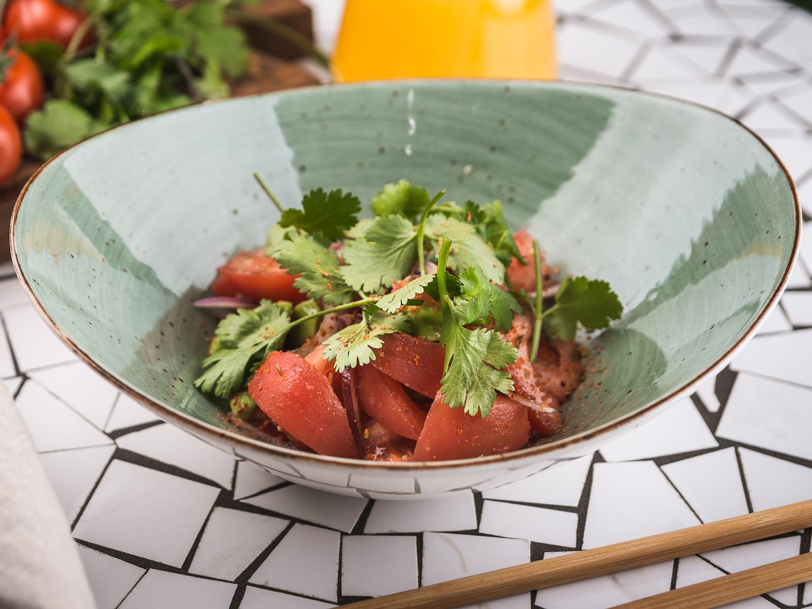 Салат со спелыми томатами
