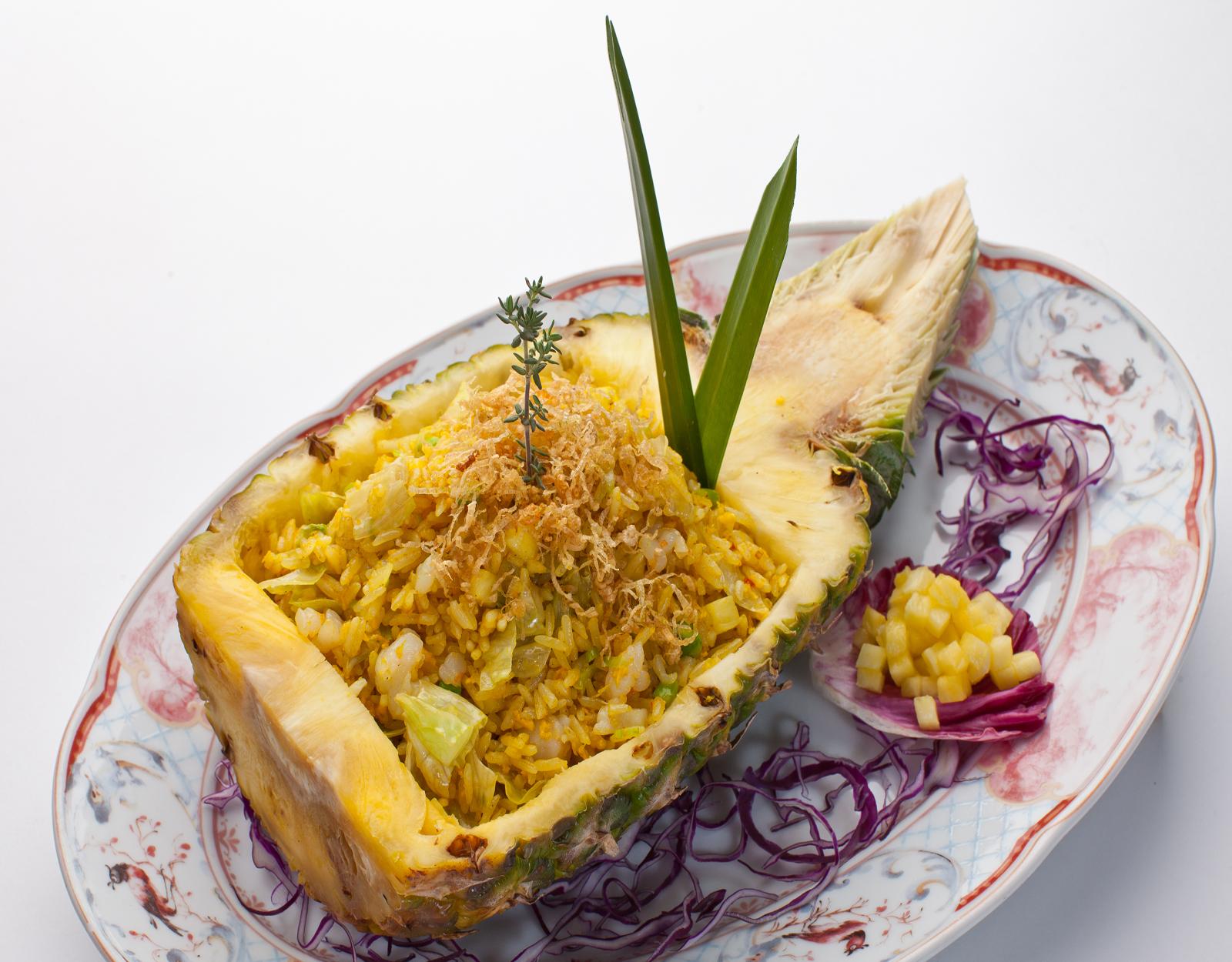 Жареный рис с морепродуктами в ананасе с соусом Том Ям