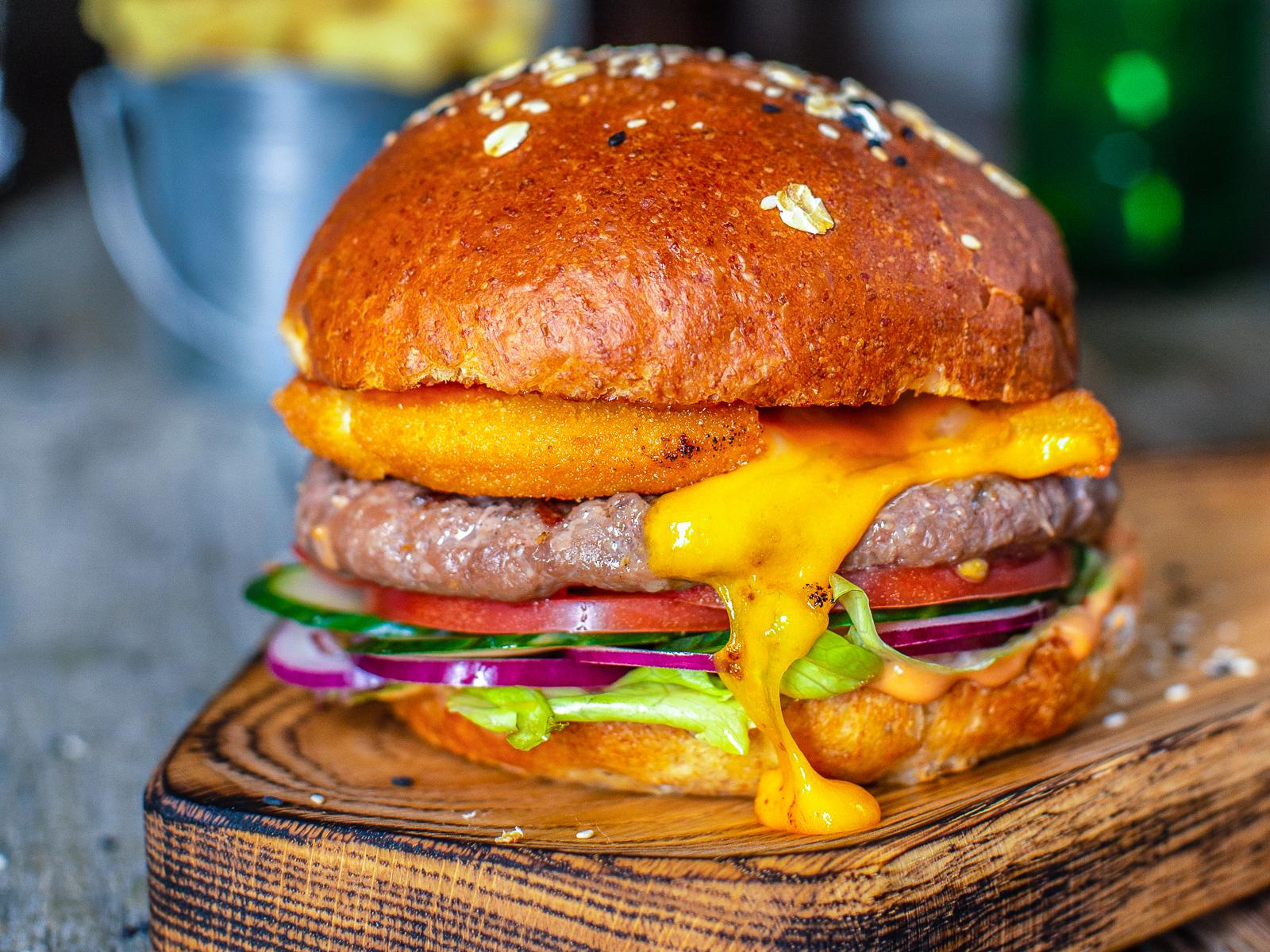 Чизбургер с тремя видами сыра