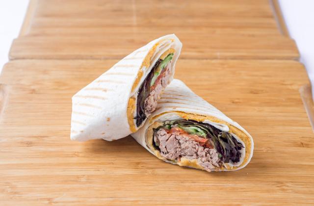 Ролл-сэндвич с тунцом и хумусом