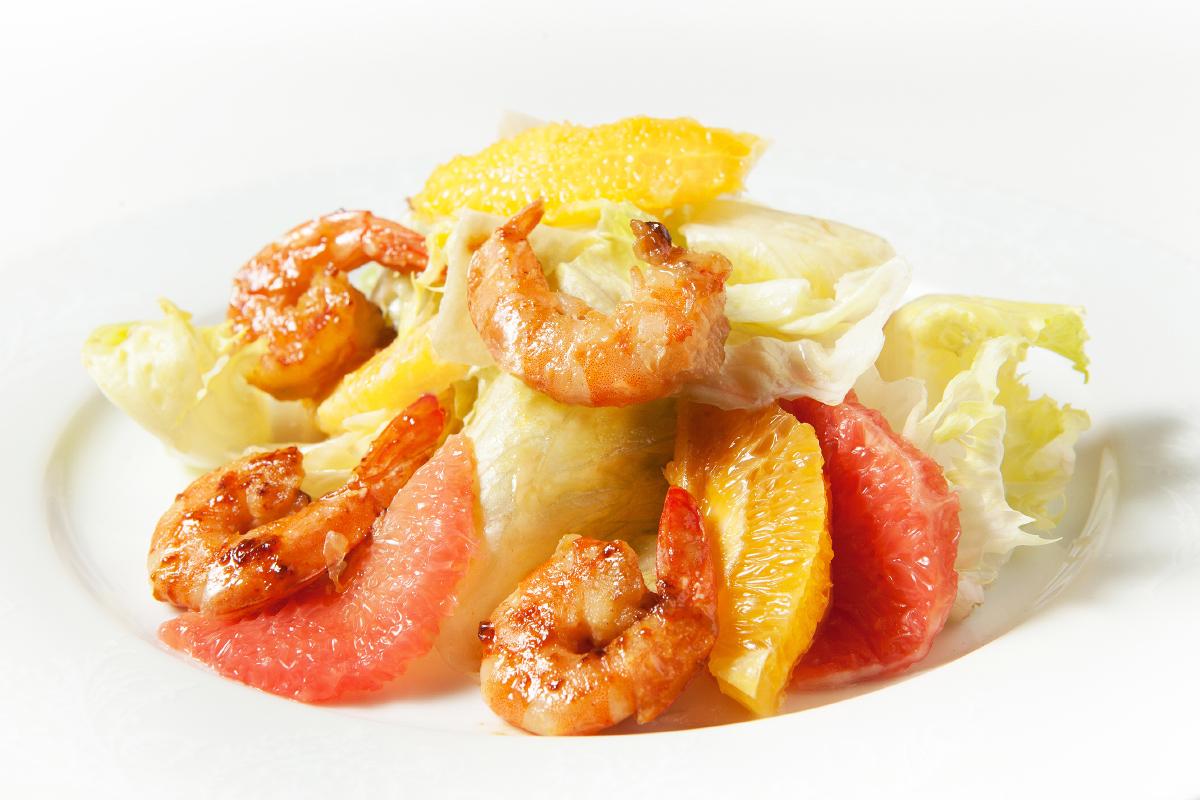 Фирменный салат с грейпфрутом и креветками
