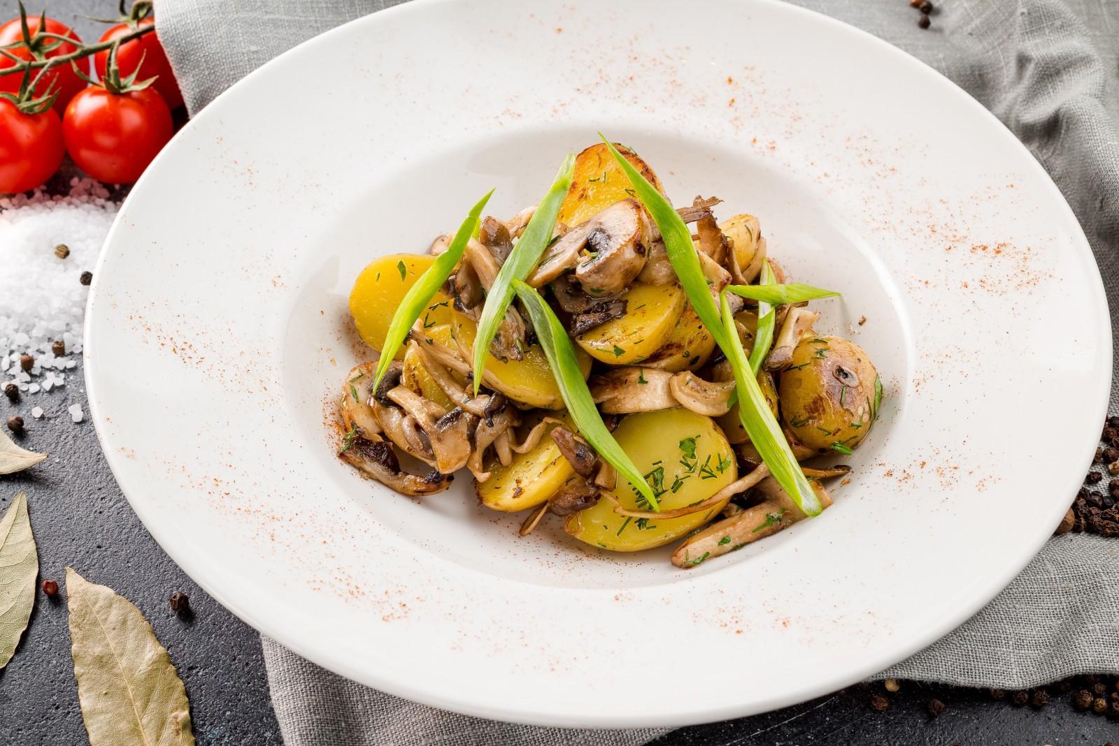 Золотистый картофель с грибами