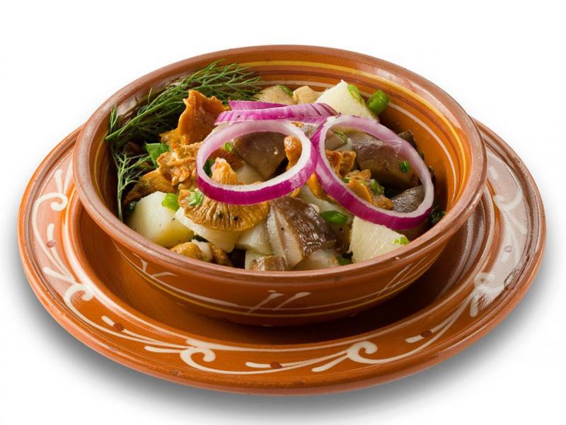 Салат картофельный с груздями и лисичками