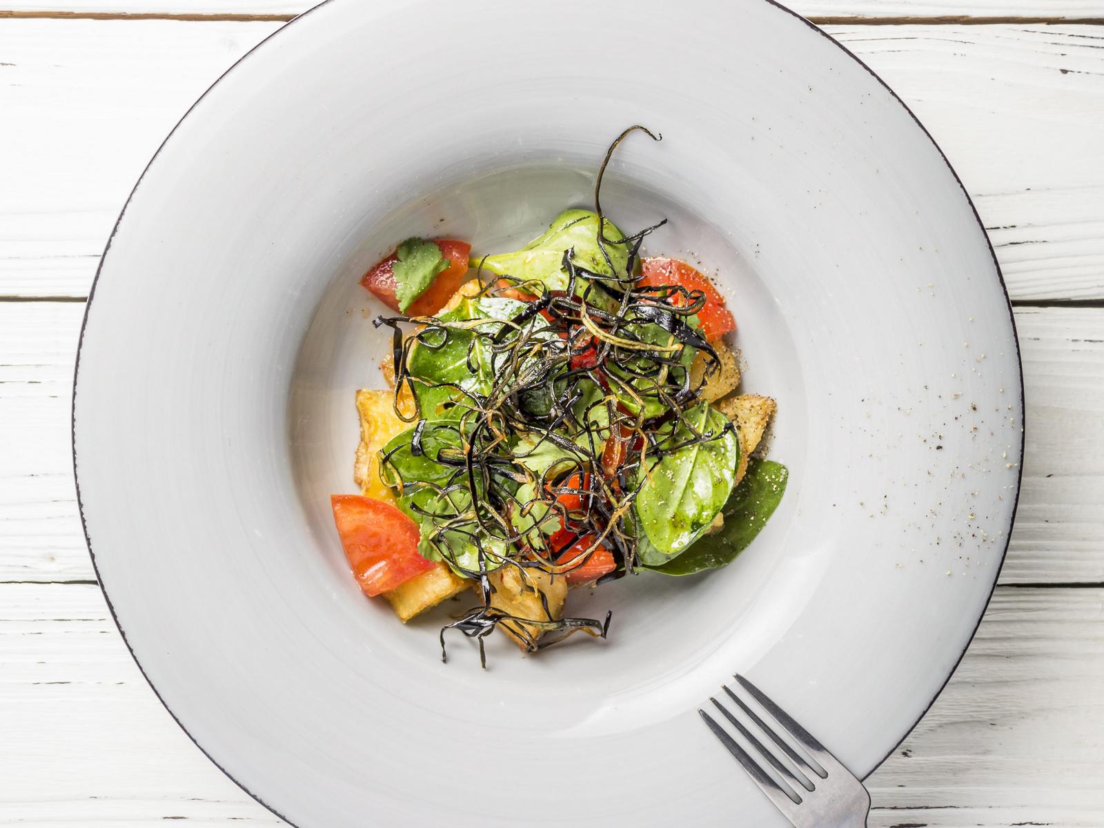 Салат из хрустящих баклажанов с томатами и соусом Свит чили