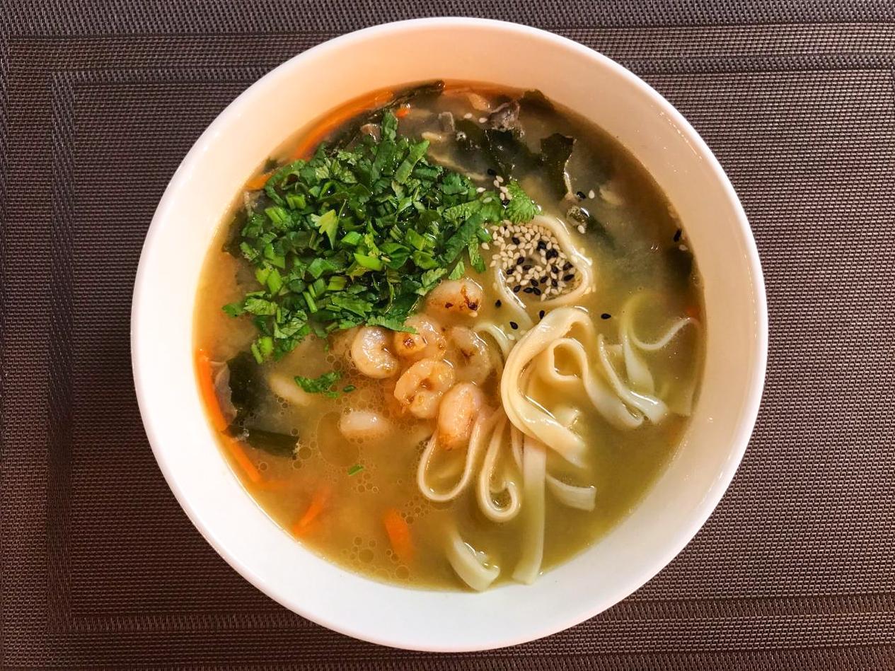 Нудл суп с лососем
