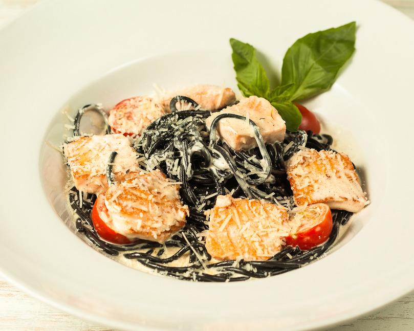 Чёрные спагетти с лососем