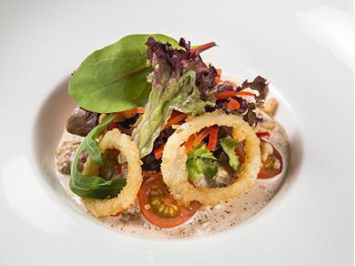 Теплый салат с куриной печенью, вешенками, жареным луком и кедровыми орехами