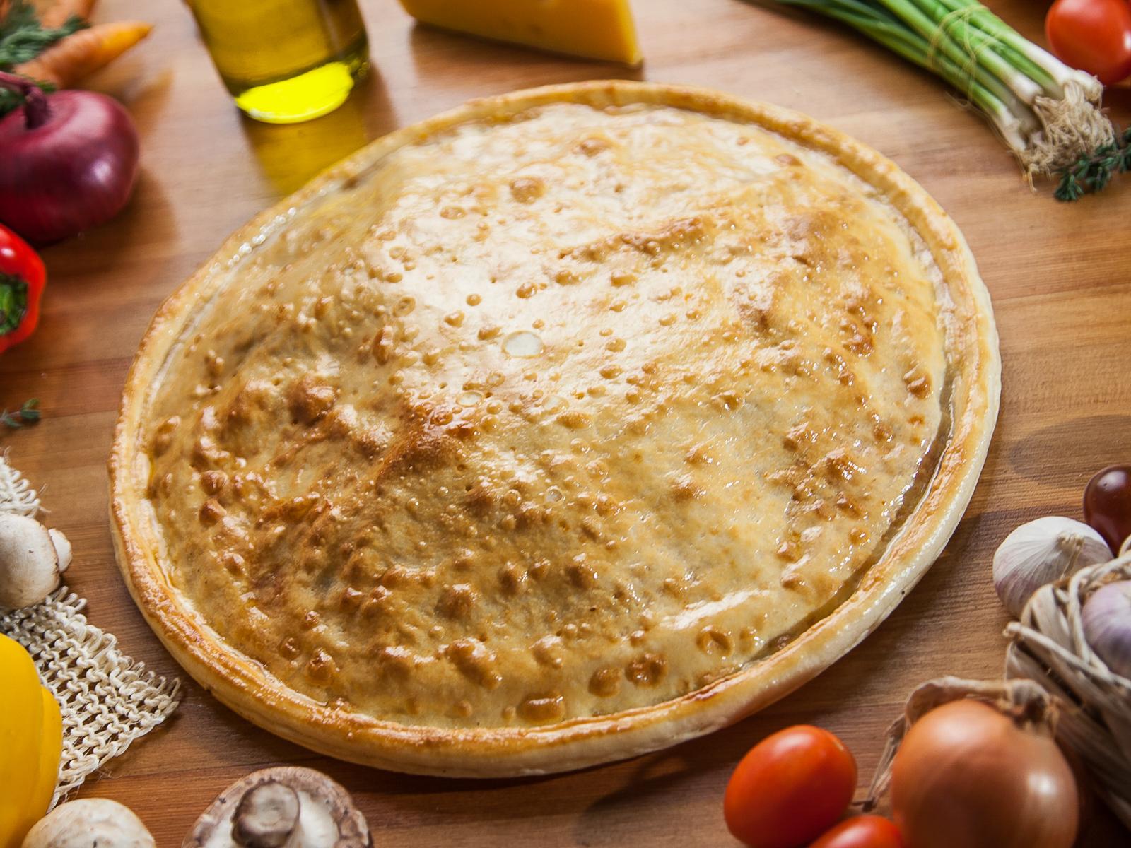 Пицца закрытая с творогом и изюмом