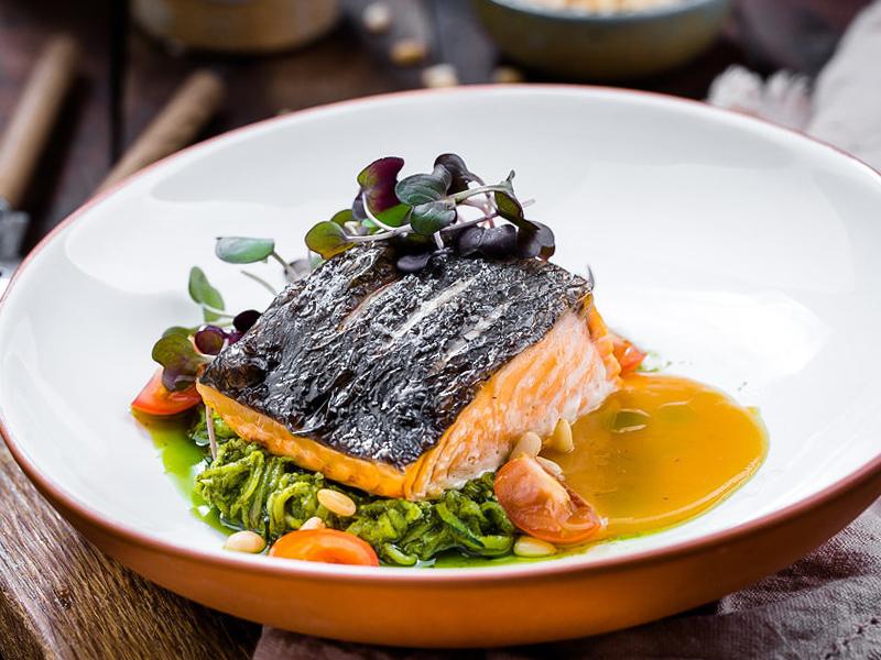 Филе лосося с лапшой из цукини и лаймовым соусом