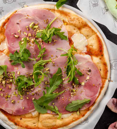 Пицца с окороком и фисташками