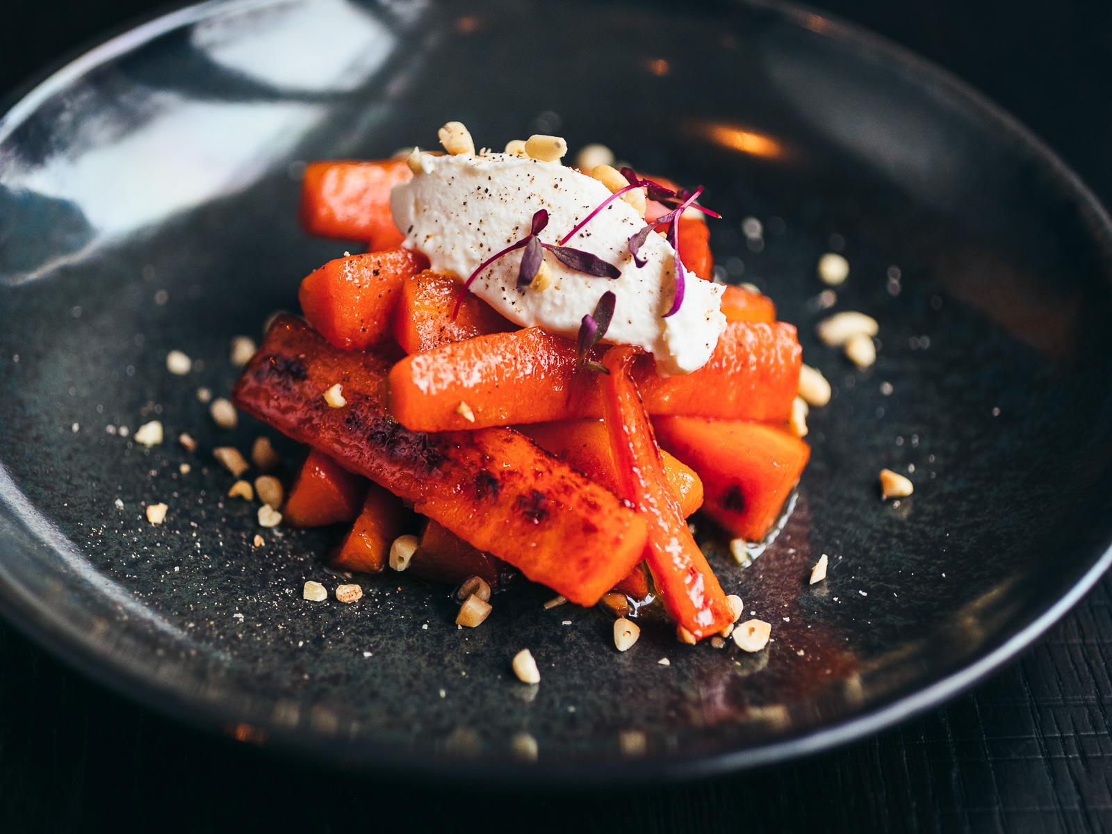 Морковь запеченная с сырным муссом