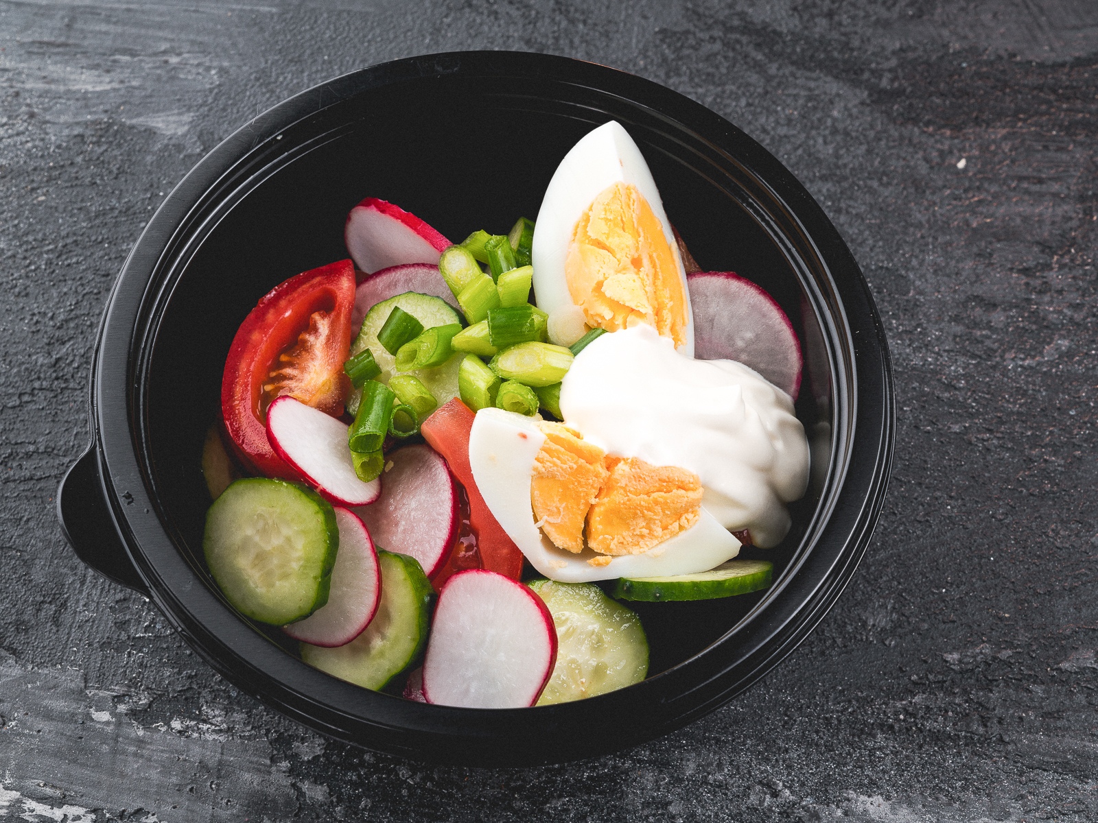 Овощной салат с яйцом зеленью