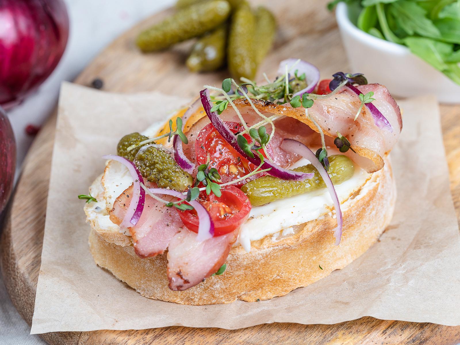 Английский бутерброд с яичницей и беконом
