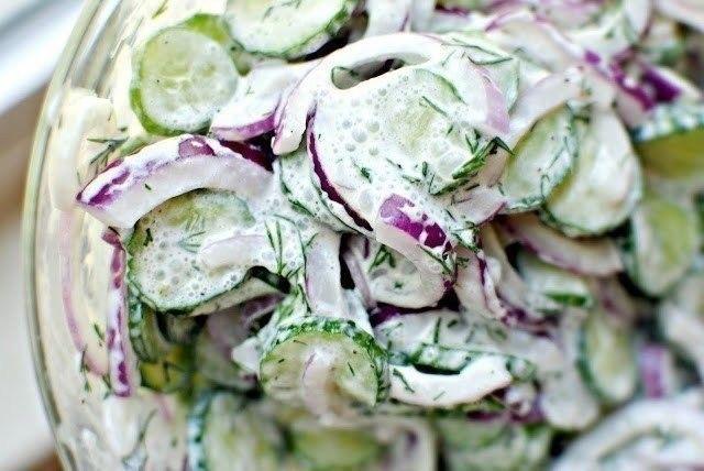Салат с огурцами, редиской и сметаной