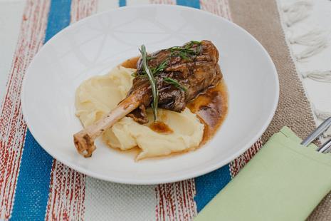 Томленая в винном соусе голень барашка с картофельным пюре
