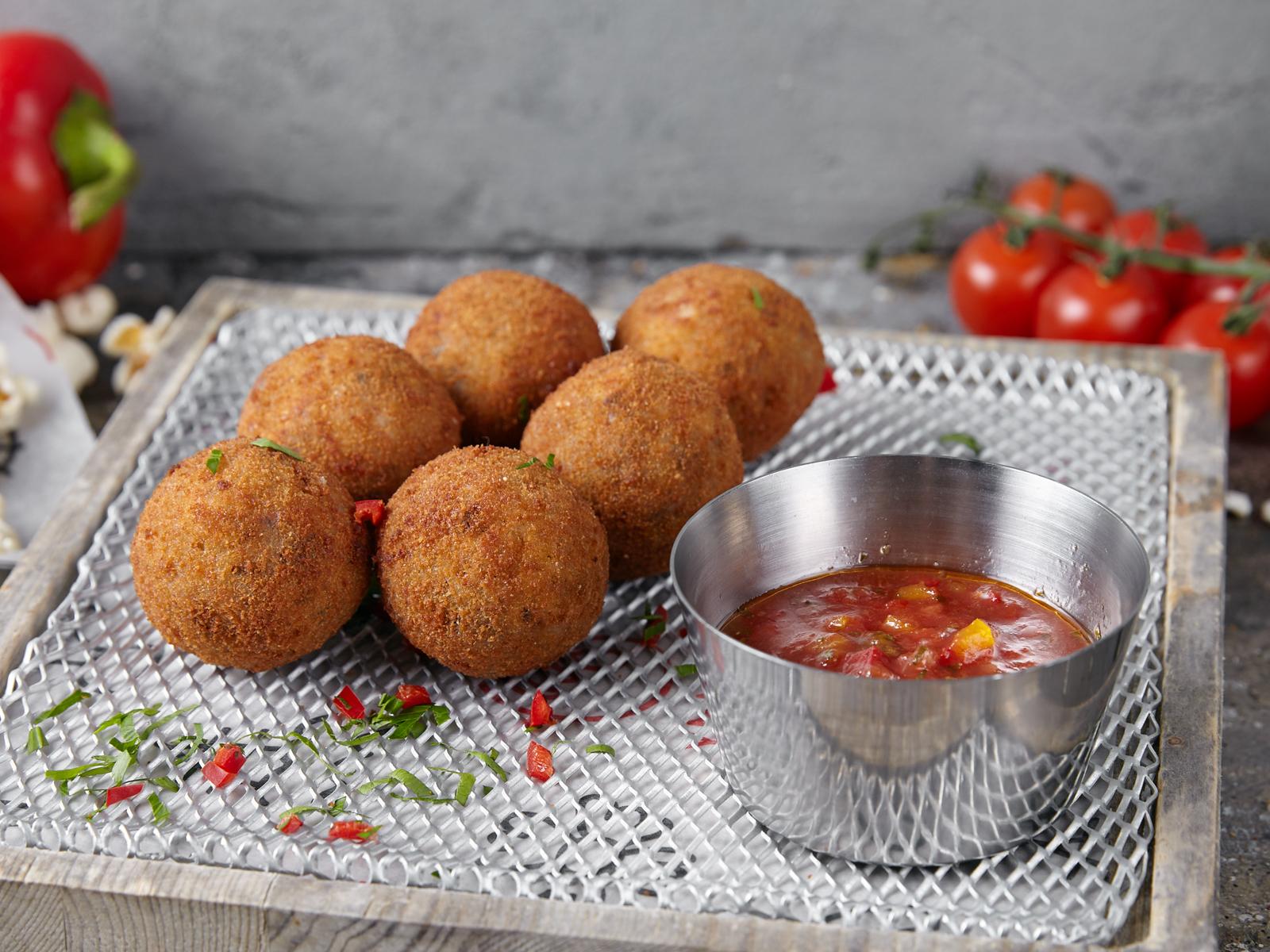 Сицилийские аранчини с моцареллой и томатной сальсой