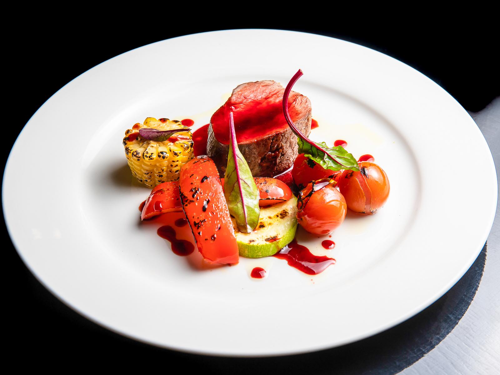 Ростбиф из говядины с печеными овощами и соусом порто