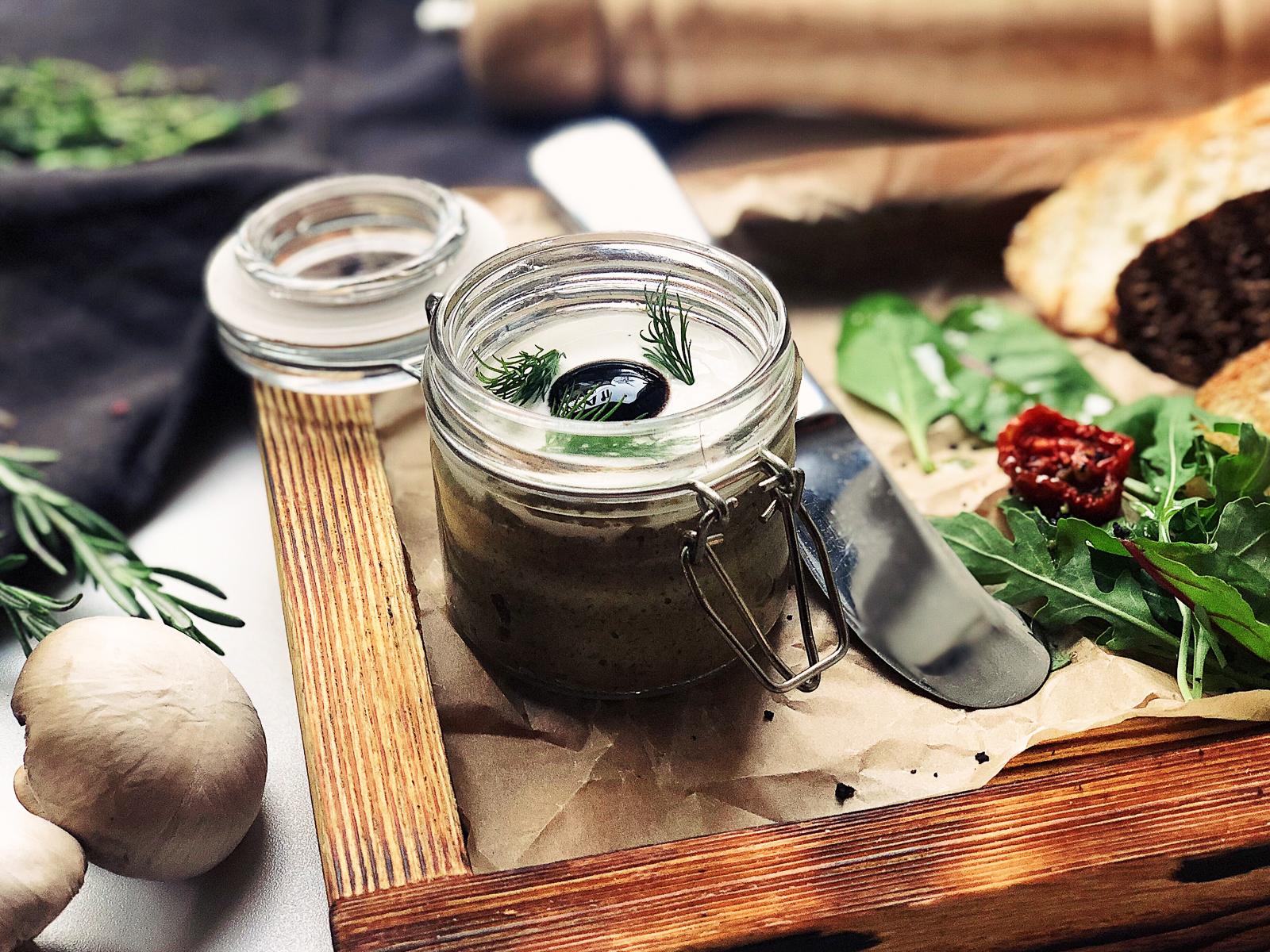 Паштет из лесных грибов и трюфельным соусом