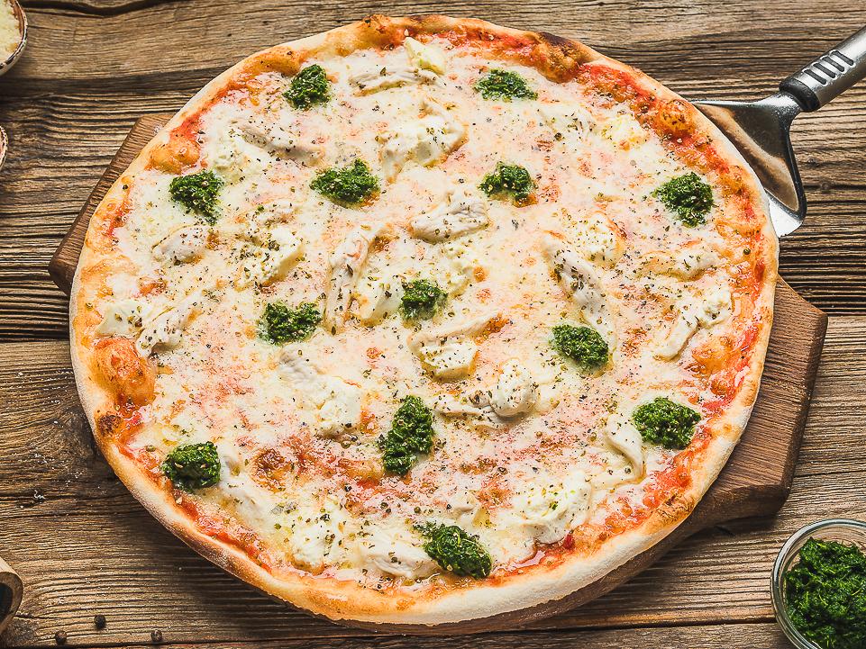 Пицца с курицей, рикоттой и шпинатом