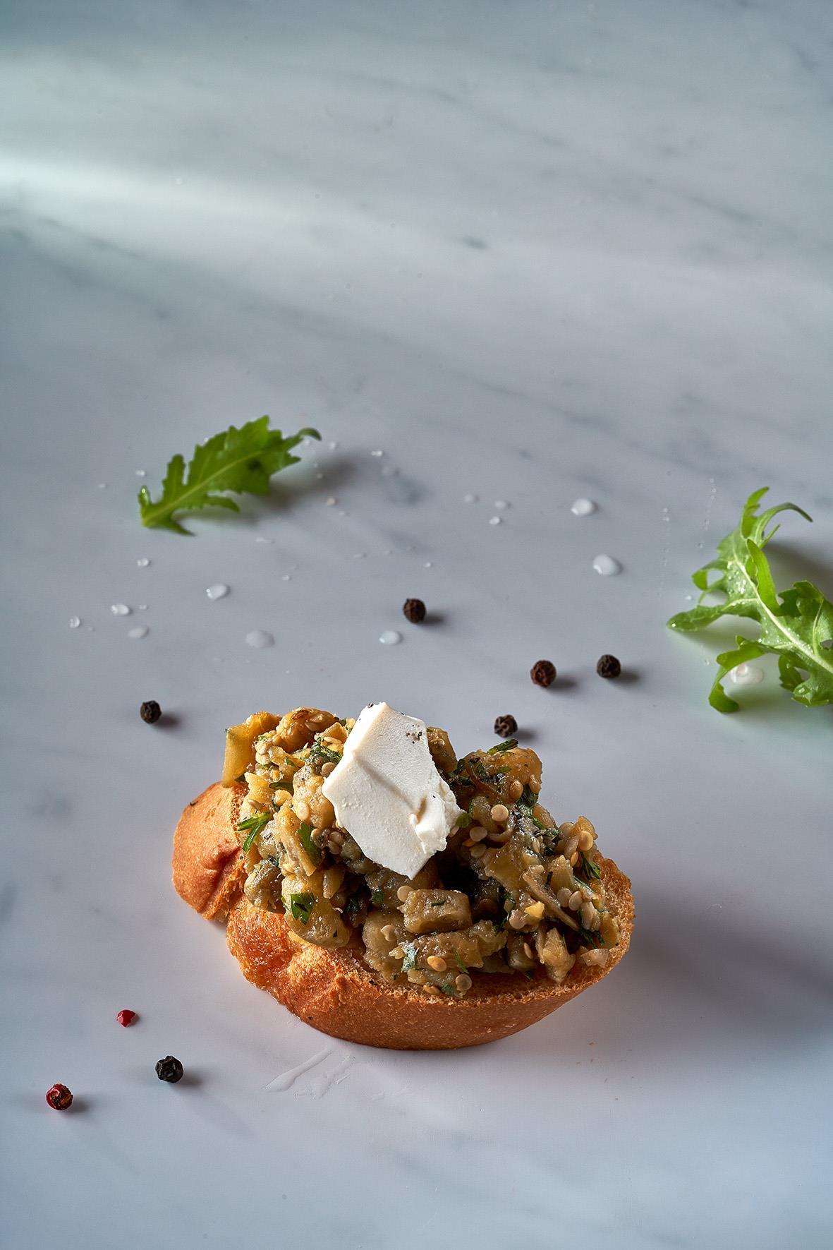 Брускетта с баклажаном печеным, сыром Фета и зеленью