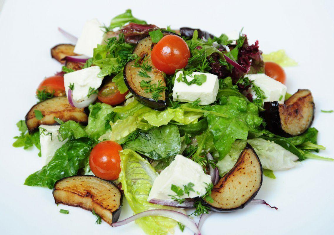 Тёплый салат с баклажанами и сыром Фета