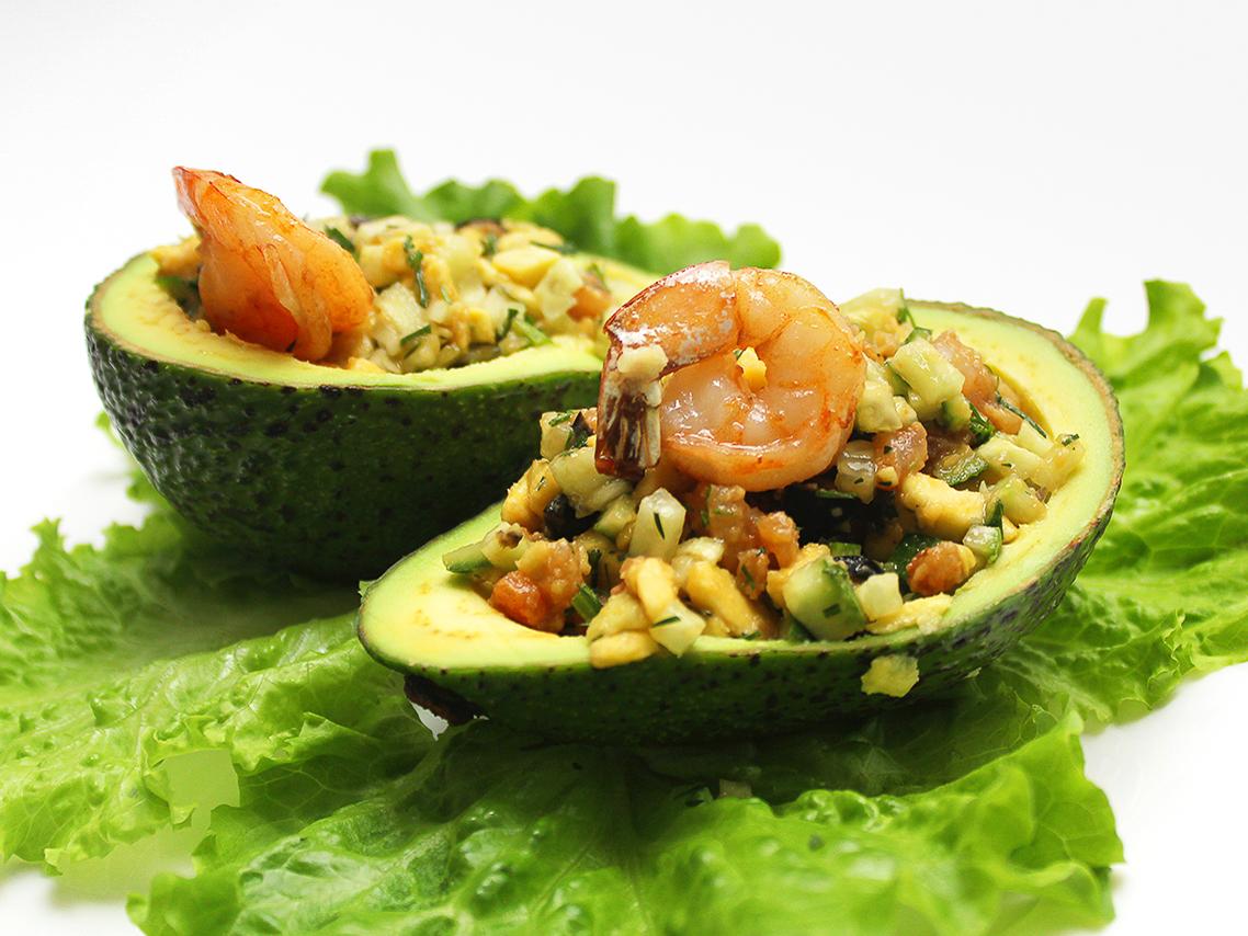 Салат из авокадо, фаршированного креветками