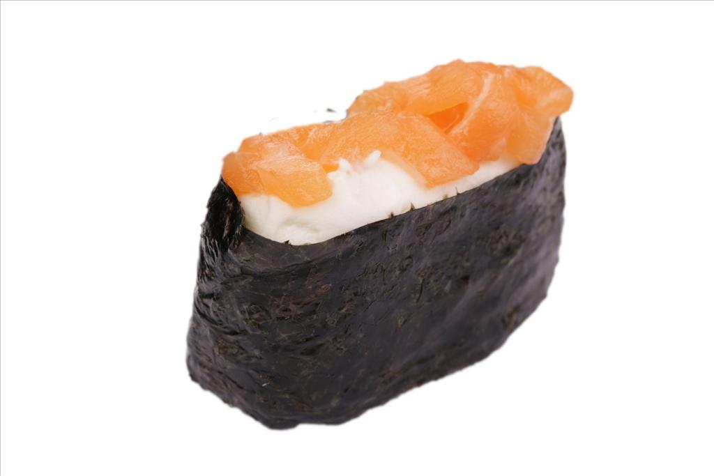 Гункан с лососем и сливочным сыром