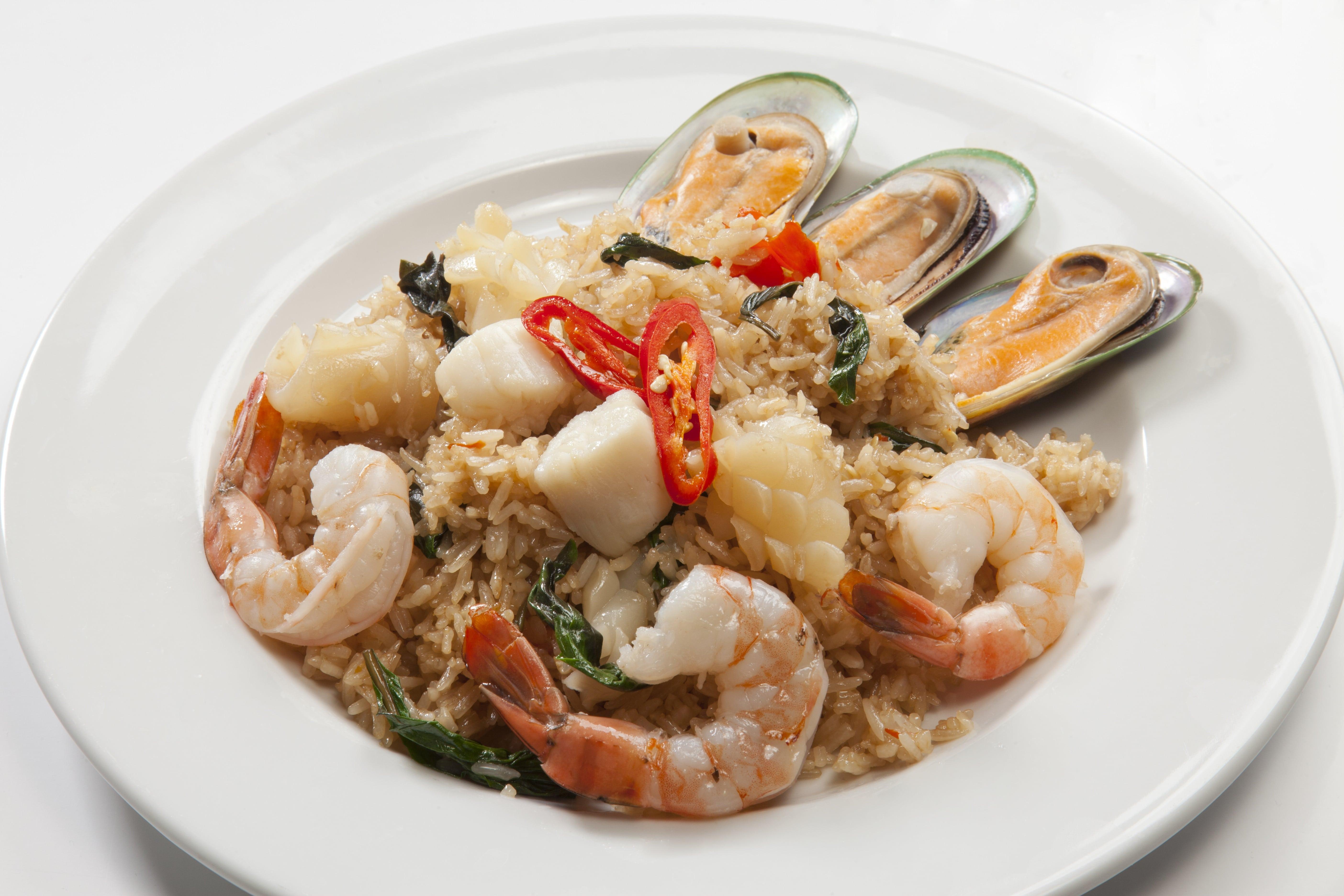 Морепродукты с рисом и базиликом Као Пад Тале Кунг Грапрао