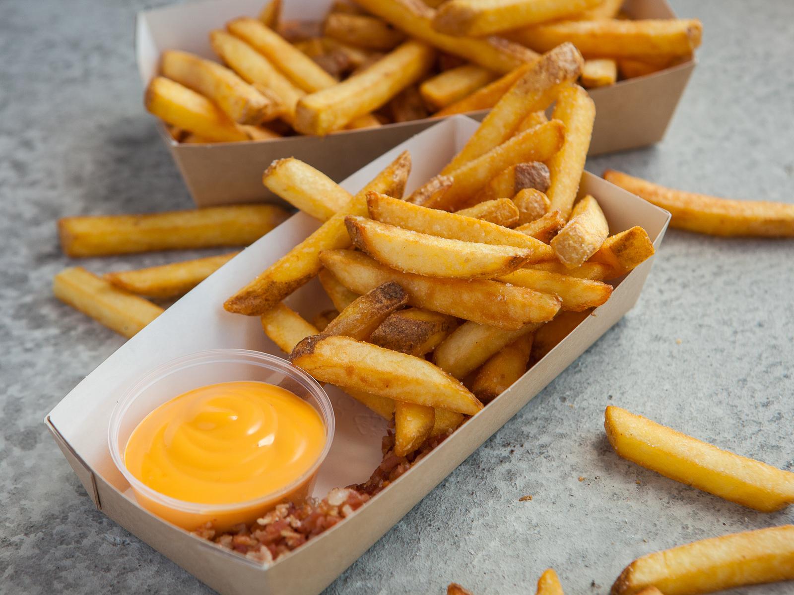 Картофель фри с беконом и сырным соусом