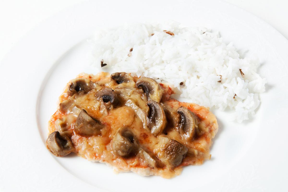 Куриное филе запеченное с грибами и рисом