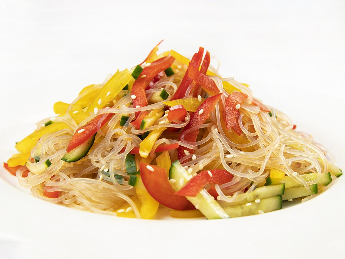 Салат с фунчозой и свежими овощами