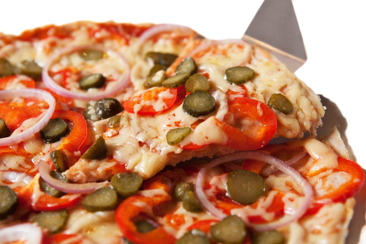 Пицца овощная с корнишонами