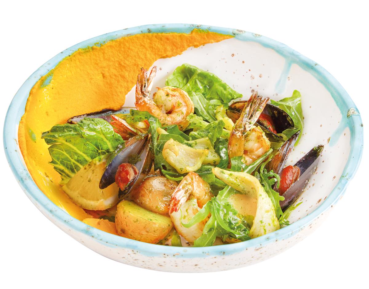 Салат с морепродуктами и картофелем