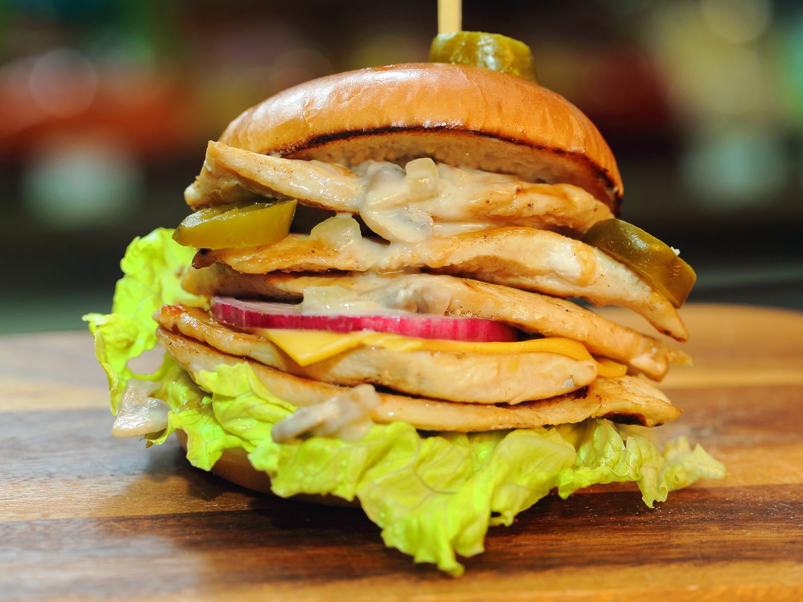 Чикенбургер с грибным соусом