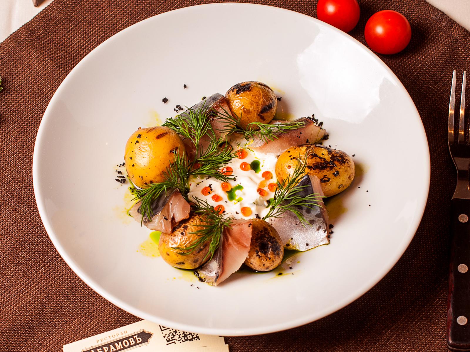 Сугудай из скумбрии с печёным молодым картофелем и икорным соусом