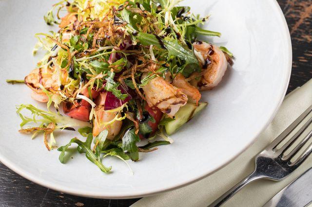 Салат с креветками на гриле, микс-салатом, томатами и мятным бальзамиком