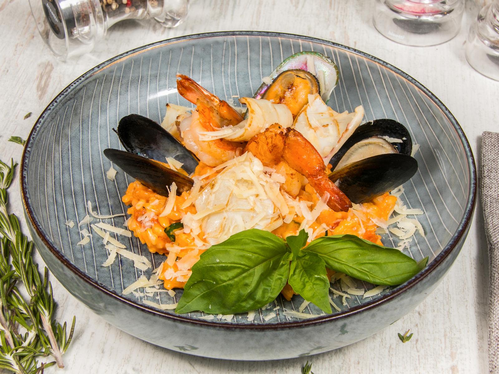 Ризотто с морепродуктами в томатно-сливочном соусе