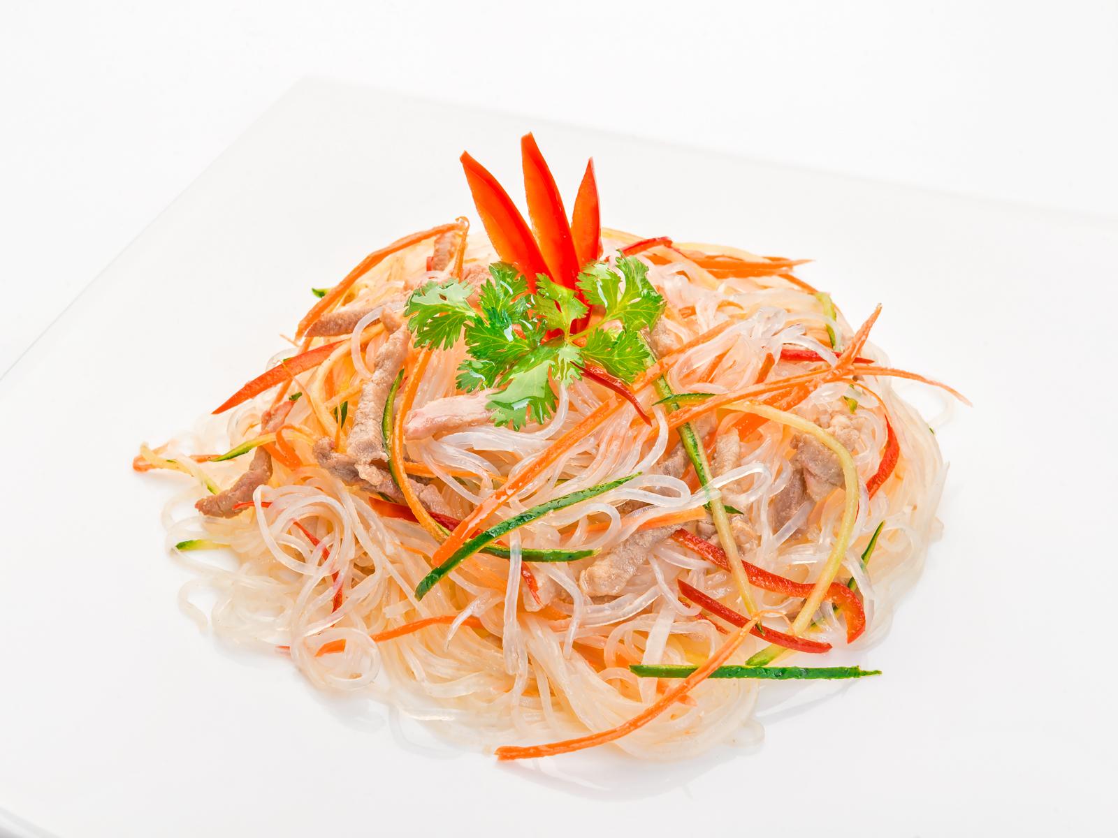 Салат с рисовой лапшой, мясом и овощами