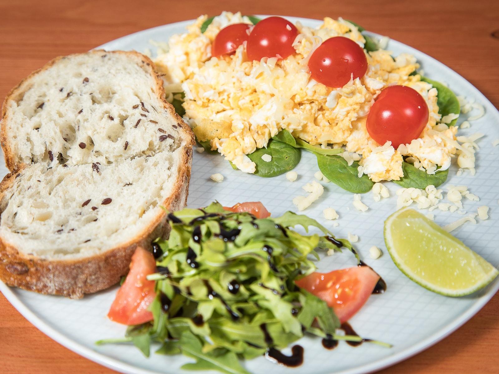 Фермерский скрэмбл с томатами, шпинатом и тостами
