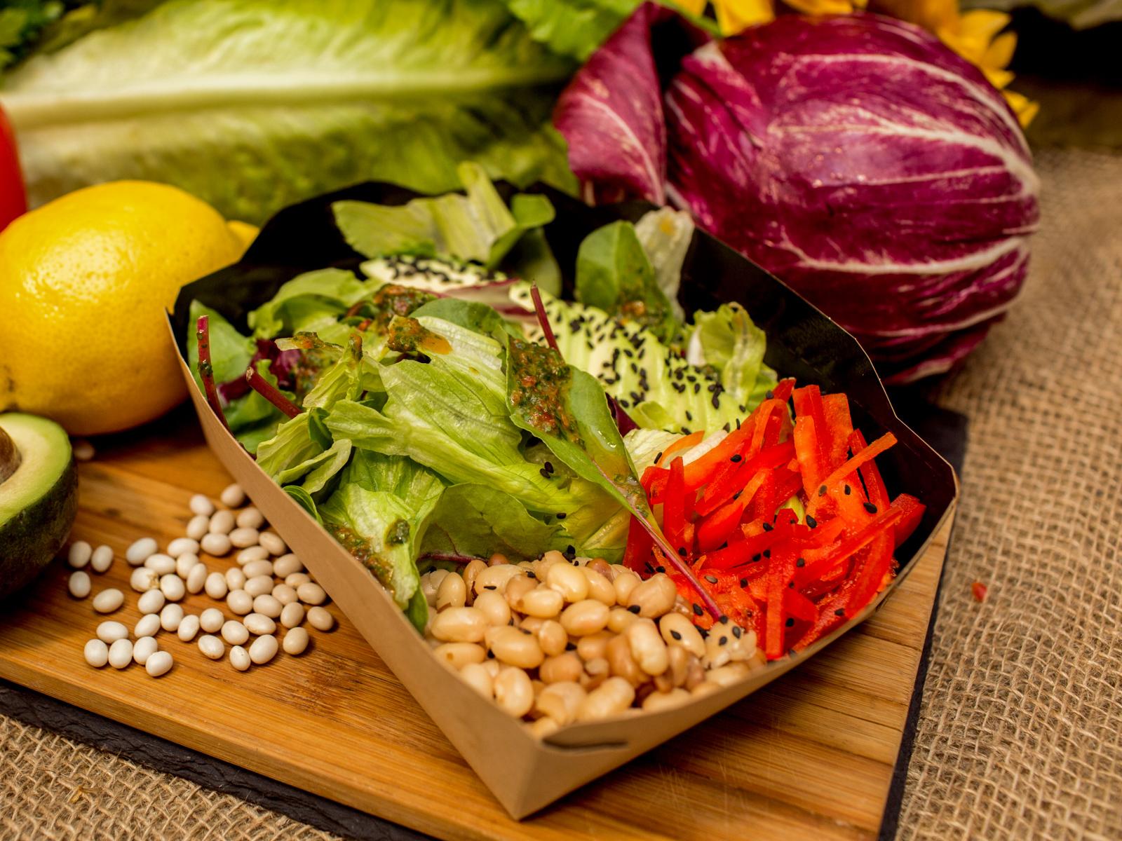 Салат с белой фасолью и авокадо