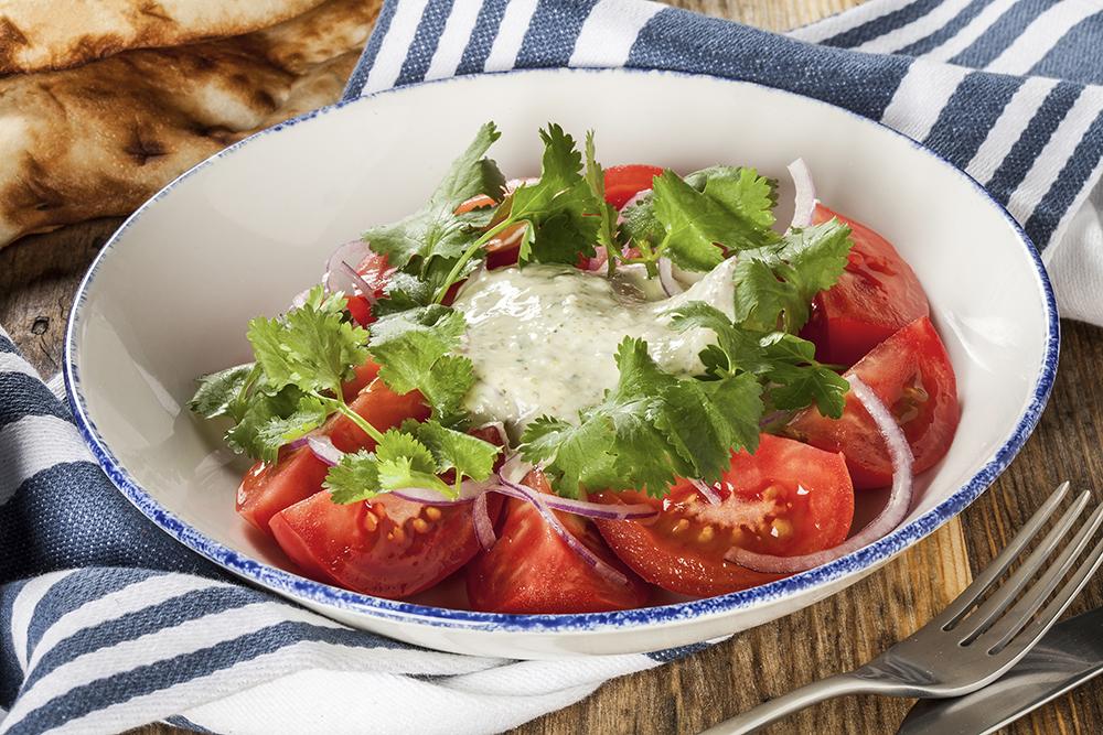 Салат из спелых томатов с красным луком