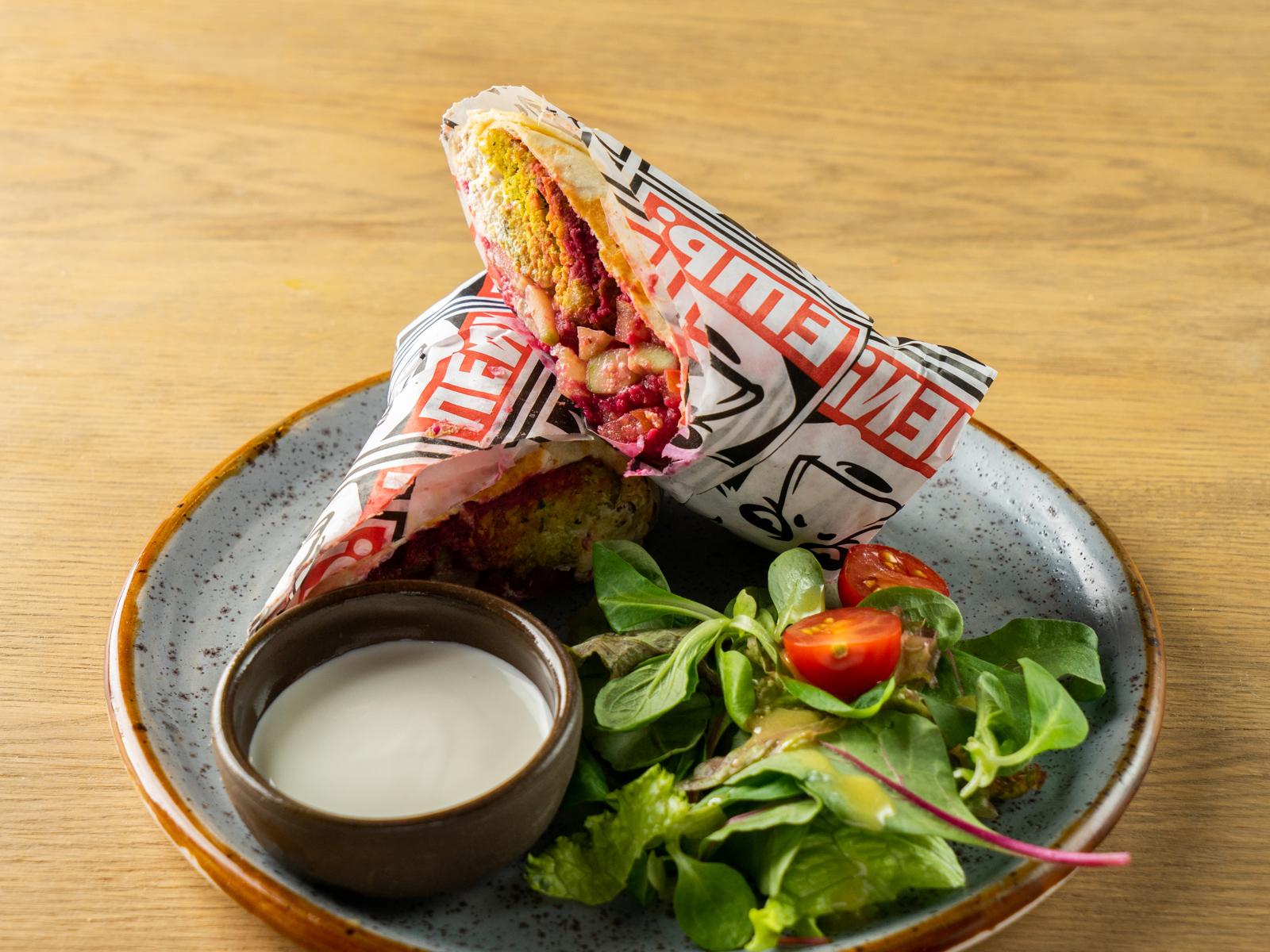 Фалафель-ролл со свекольным хумусом и сыром фета