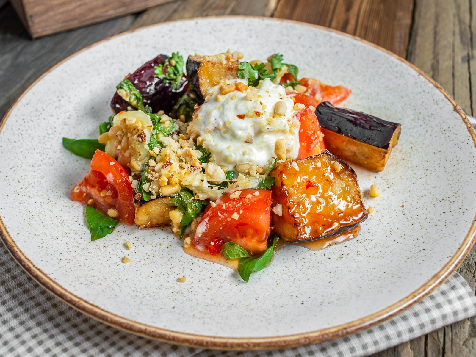 Салат с жареными баклажанами и страчателлой