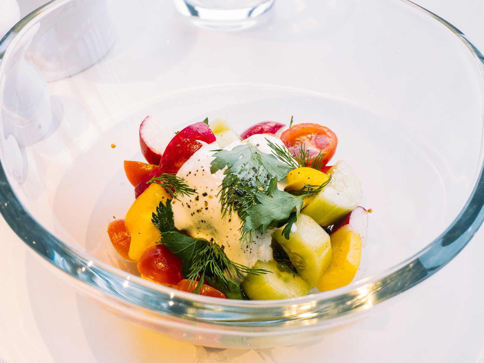 Салат из свежих овощей и зелени со сметаной